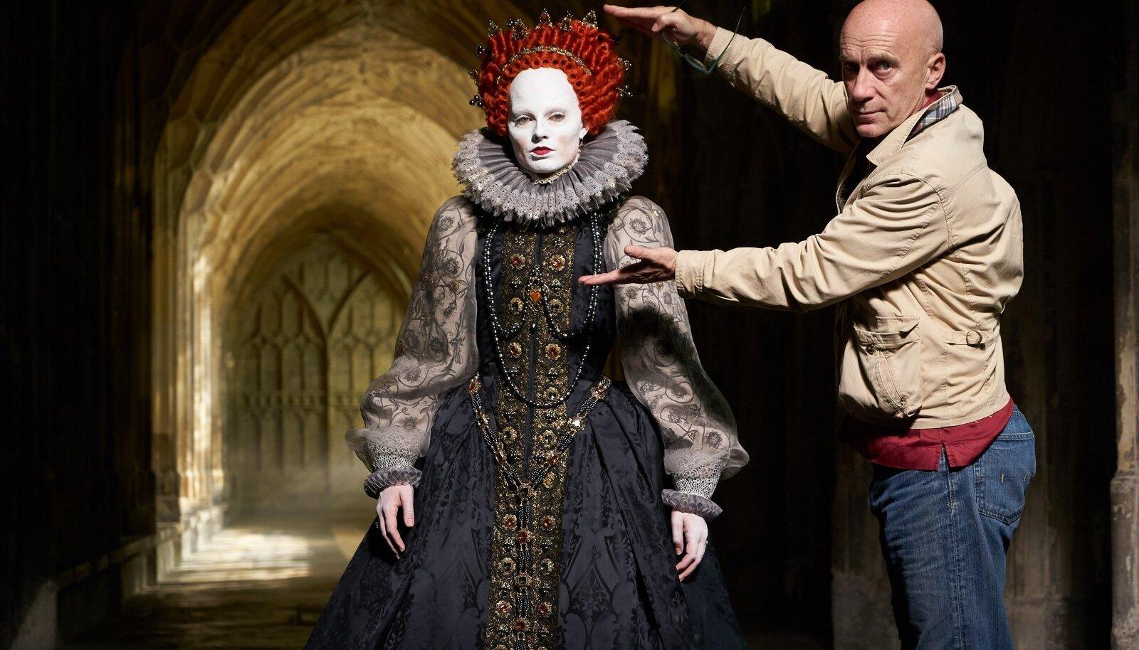 """""""MARY, ŠOTLASTE KUNINGANNA"""": Operaator John Mathieson koos näitleja Margot Robbie'ga. """"Nagu pildilt näha, üritan ma Margotit päris põrgulikuks muuta. Valgustamine õnnestus hästi, näitamaks teda vana ja hullunud kuninganna Elizabeth I-na tema valitsemisaja lõpuosas. Aga mis on selle hind? Ma näen ise fotol välja nagu Nosferatu!"""" räägib operaator pildi tagamaadest."""