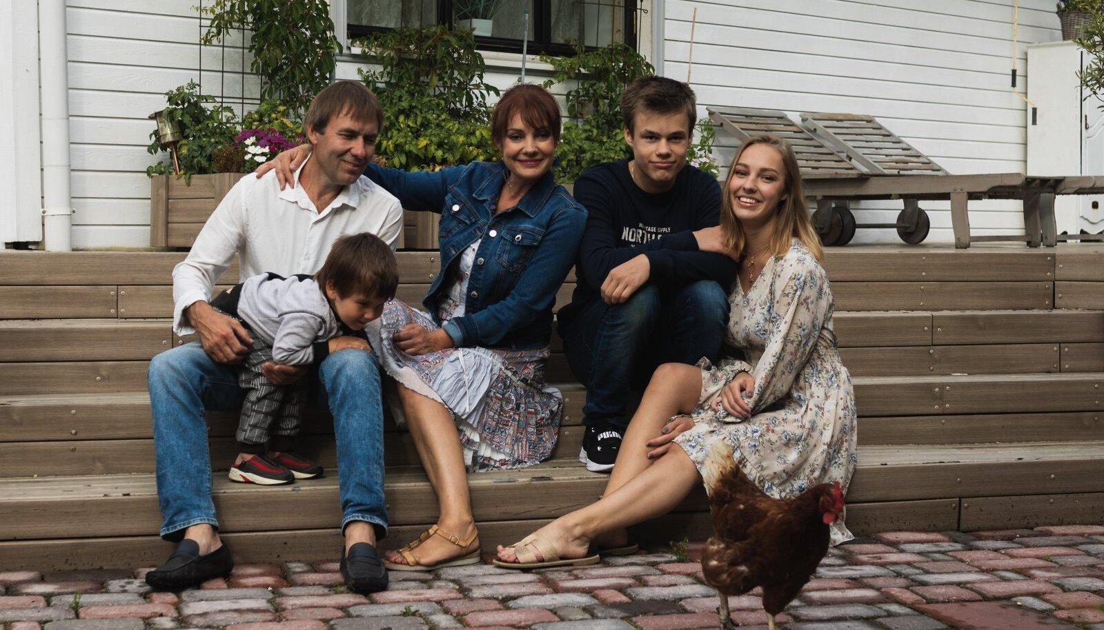 Sel suvel kodumaja trepil (vasakult) pereisa Marek Pihelpuu, pesamuna Ramses Pihelpuu, Marika Korolev-Pihelpuu, Raul Korolev ja Annabel Korolev