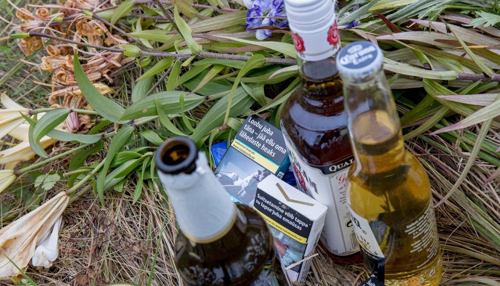 Paika, kus Tanel fentanüüli üledoosi tõttu suri, on toodud lilli, aga ka alkoholipudeleid ja sigarette.