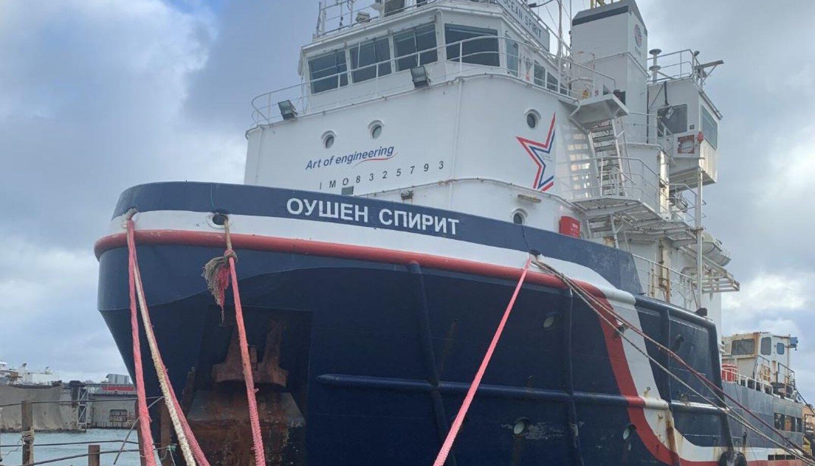 Hüljatud laev seisab sadamas ja ootab ostjat.
