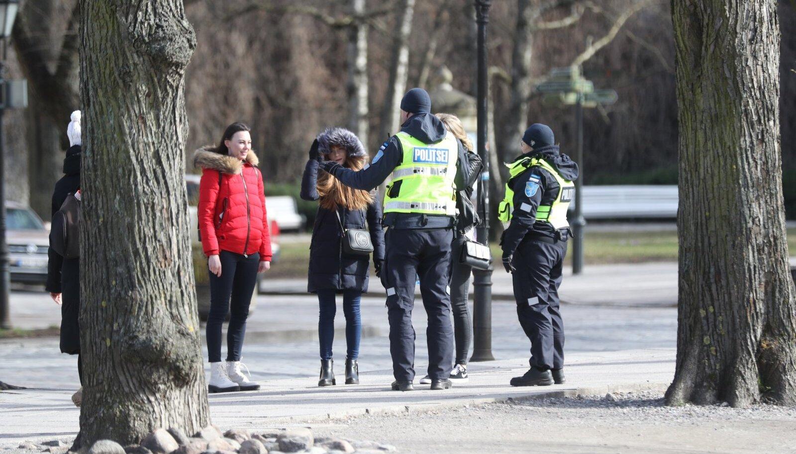 Politseinikud vestlevad kodanikega, kes rangematest liikumispiirangutest kinni ei pea.