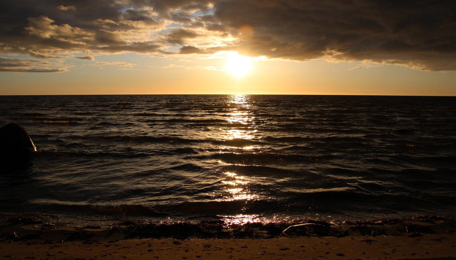 Kabli loodusraja retke lõpetuseks võib nautida kaunist päikeseloojangut Kabli rannas