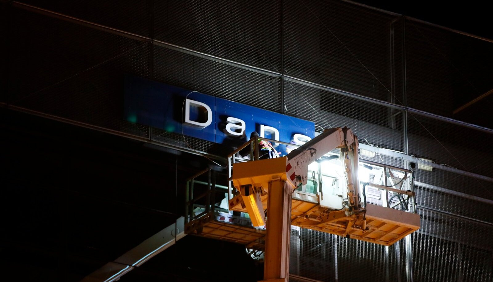 NII NAD LÄKSID: Danske Banki siltide eemaldamine möödunud aasta oktoobris Eesti peakontori seinalt.