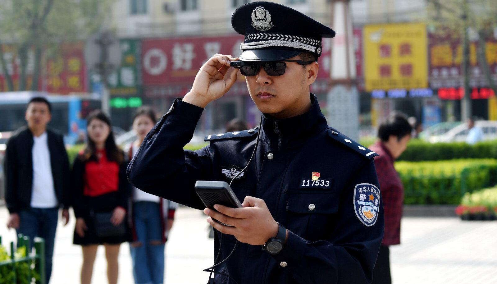 Nutiprillidega varustatud Hiina politseinik.