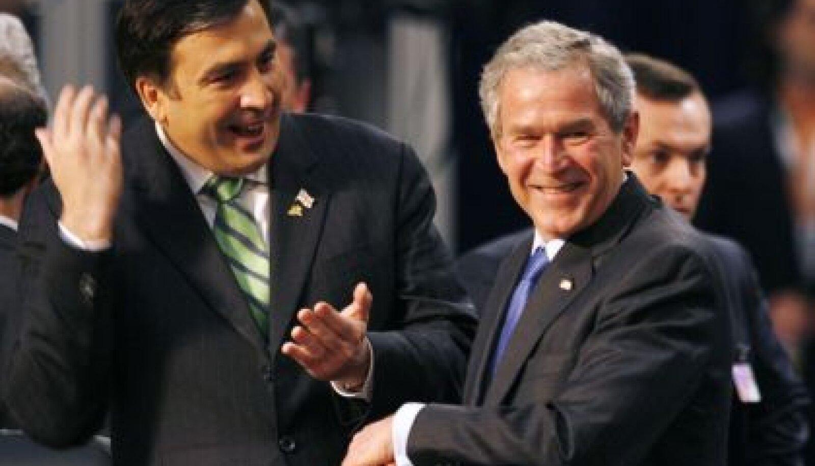 Mihheil Saakašvili ja George W. Bush NATO tippkohtumisel Bukarestis