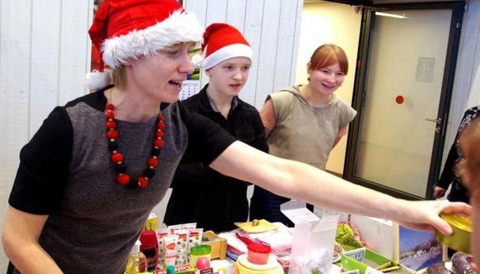 Evelyn, Gabriel ja Kaie jõululaadal loteriipileteidmüümas. Foto: Ain Aasa