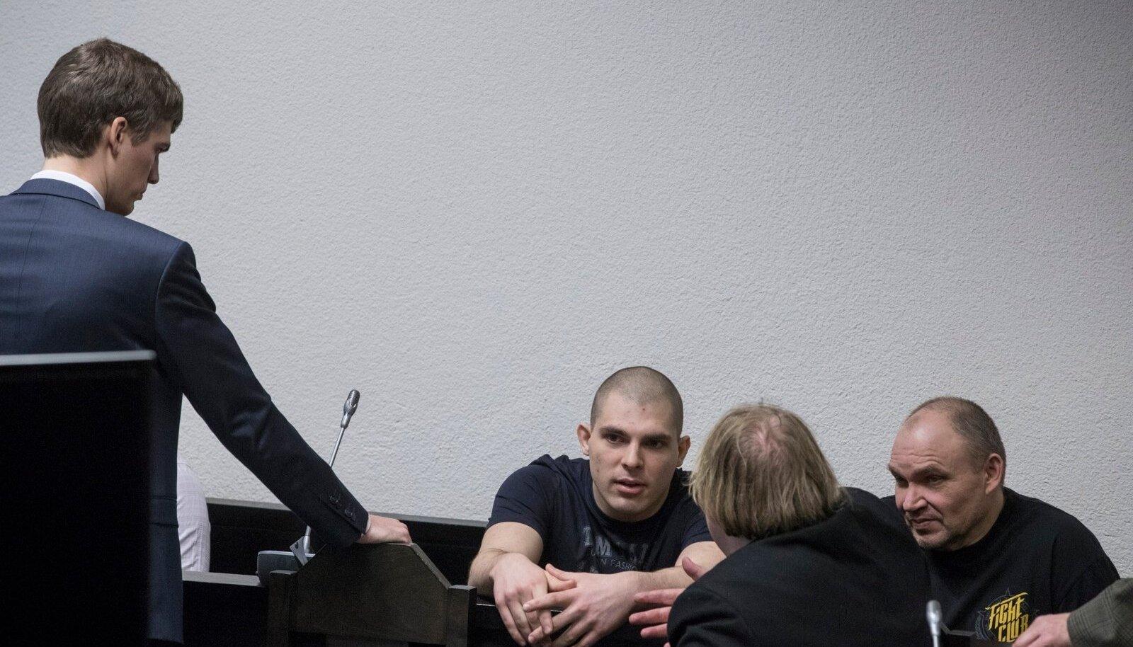 KAUA VÕIB? Aap Vels (keskel) kaebas kohtu peale, sest ta istub kohtuistungita juba neljandat aastat trellide taga. Tema kõrval seljaga advokaat Sven Sillar.