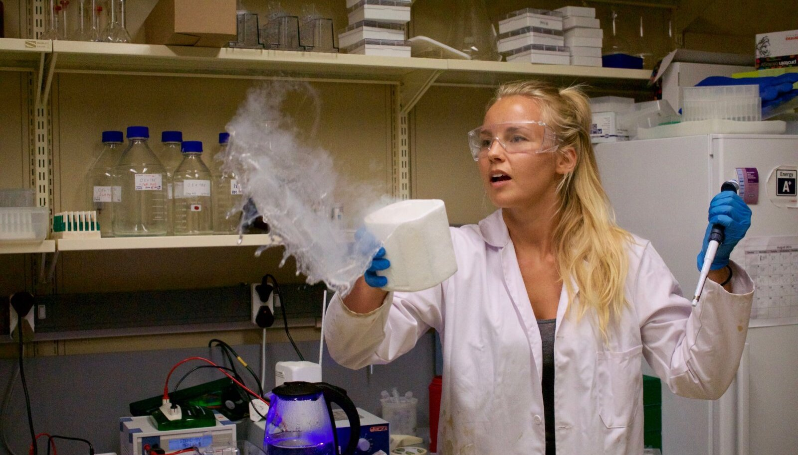 Biokeemiku haridusega Gertrud Talvik tegi Kaplinnas õppides ka laboritööd.