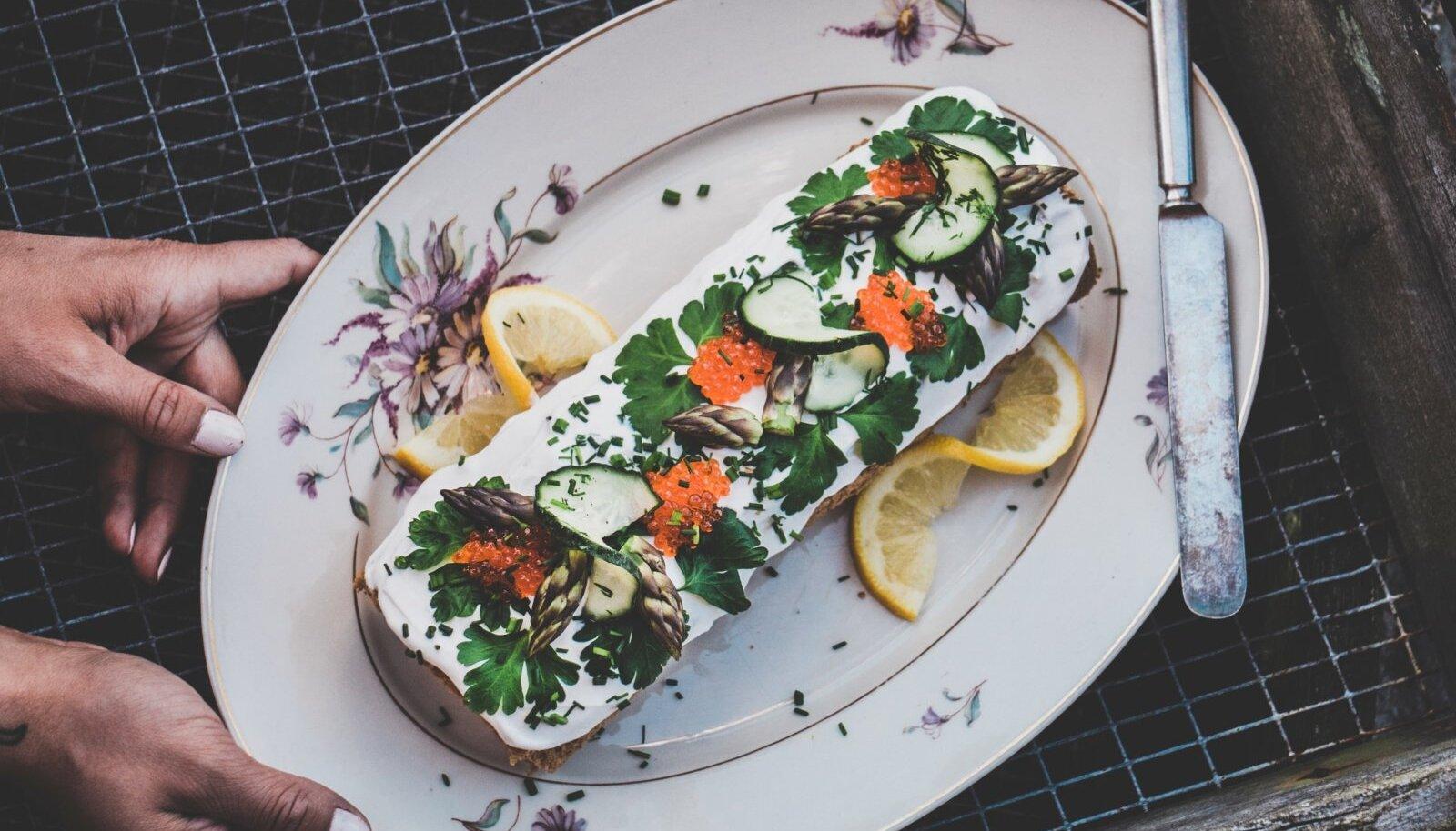 Kaunistage võileivarull kalatükikeste ja maitserohelisega ning serveerige.