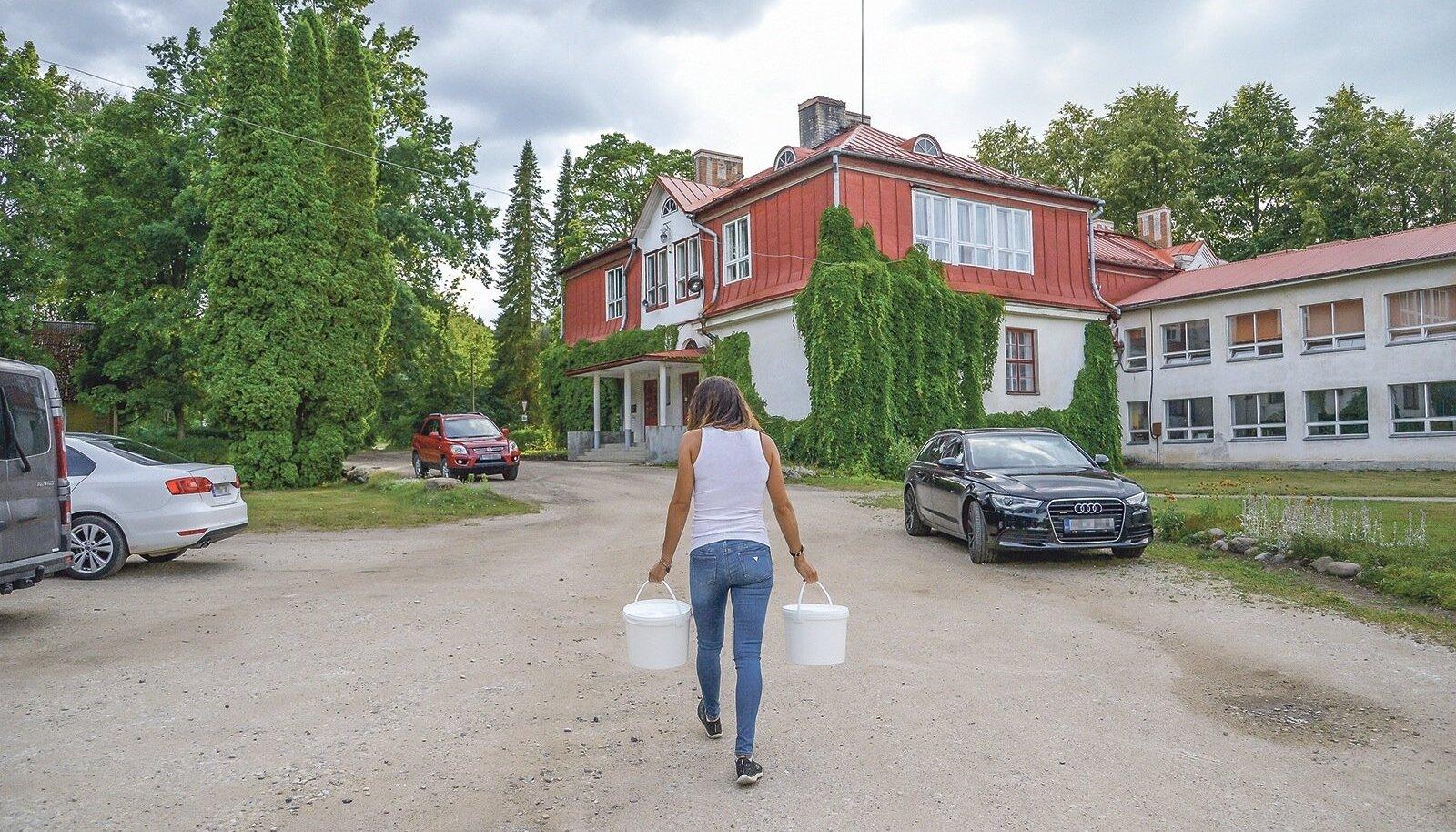 Tääksi kooli ja lasteaia söökla kokk on aastaid tassinud puhast vett 100 meetri kauguselt kaevust. Lapsevanem Kairi Kibe võttis tema koorma enda peale ja võitleb selle eest, et puhas vesi majja saaks.