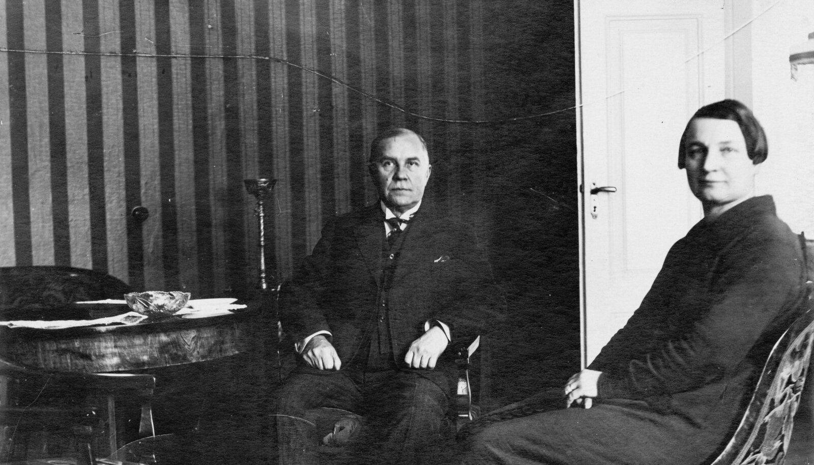 Eduard Vilde ja Linda Jürmanni kooselu vormistati 24. oktoobril 1921 ametlikult abieluks. See on üks viimaseid fotosid abikaasadest oma kodus Rohelisel Aasal.