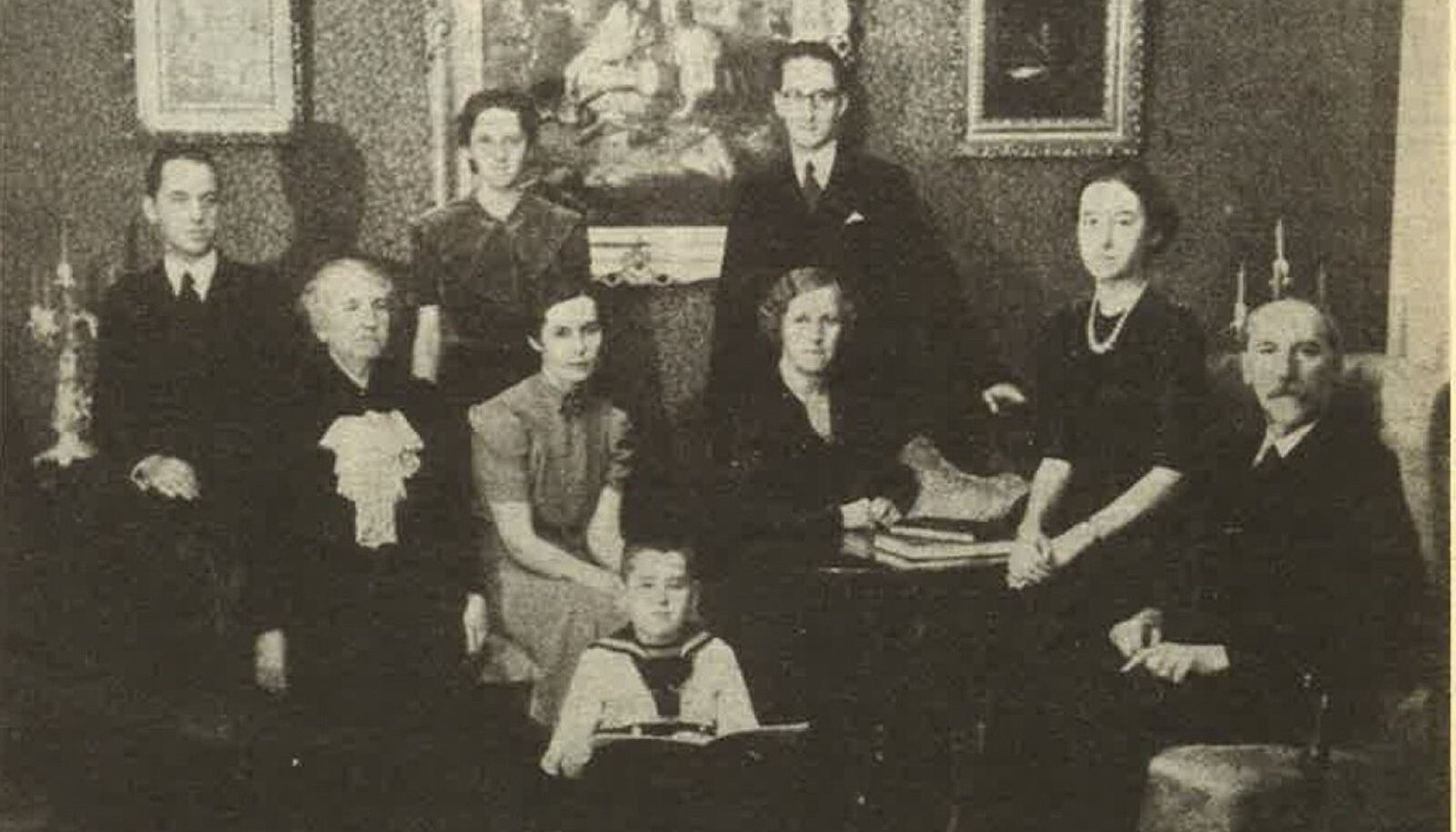 JAAN TÕNISSONI PEREKOND 1938: Seisavad poeg Heldur, minia Amanda, poeg Ilmar, istuvad ämm anna Lõhmus, tütar Hilja, abikaasa Hildegard, tütar Lagle ja isa Jaan. Kõige ees pojapoeg Tõnis.