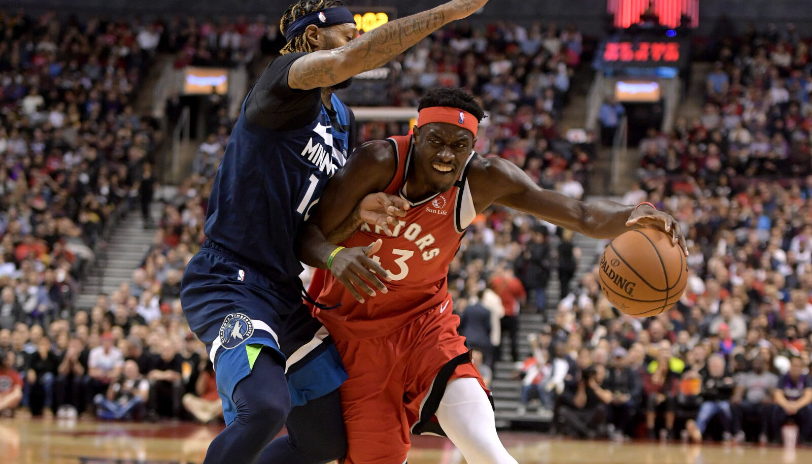 Pascal Siakam (palliga) ja James Johnson.