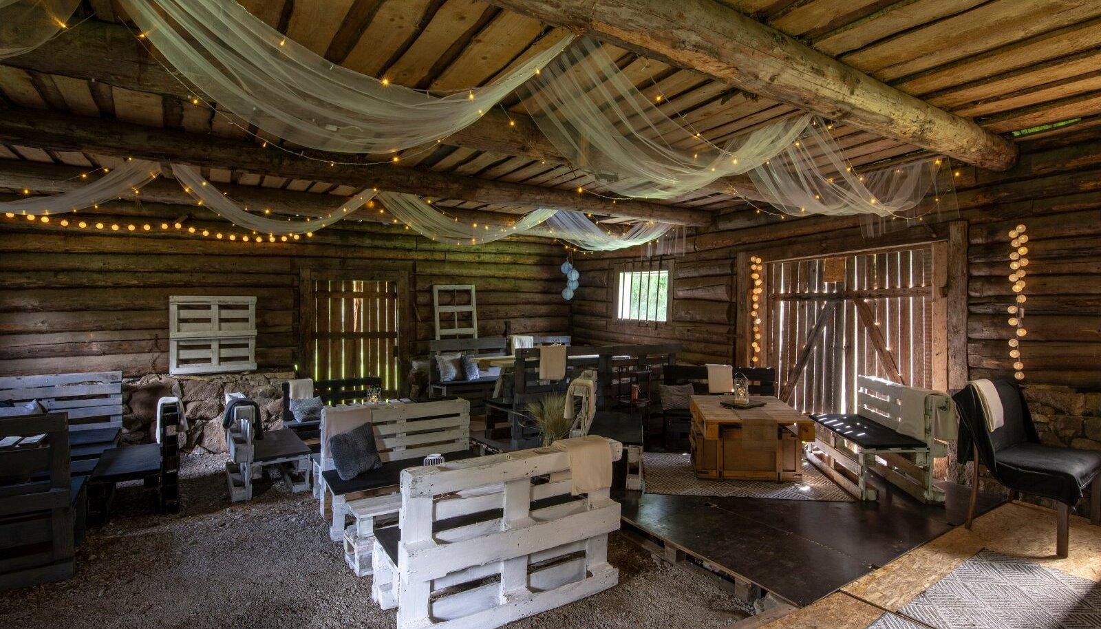 Vanast väikeste ruumidega laudahoonest sündis avar ja õdus peopaik.