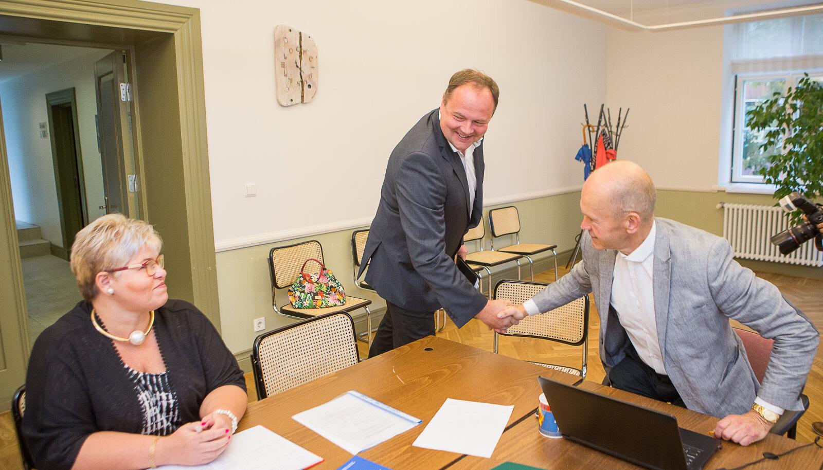 Keskerakonna valimisnimekirjaga saabunud Aivar Aru tervitab Saaremaa valla valimiskomisjoni esimeest Eero Lappi.