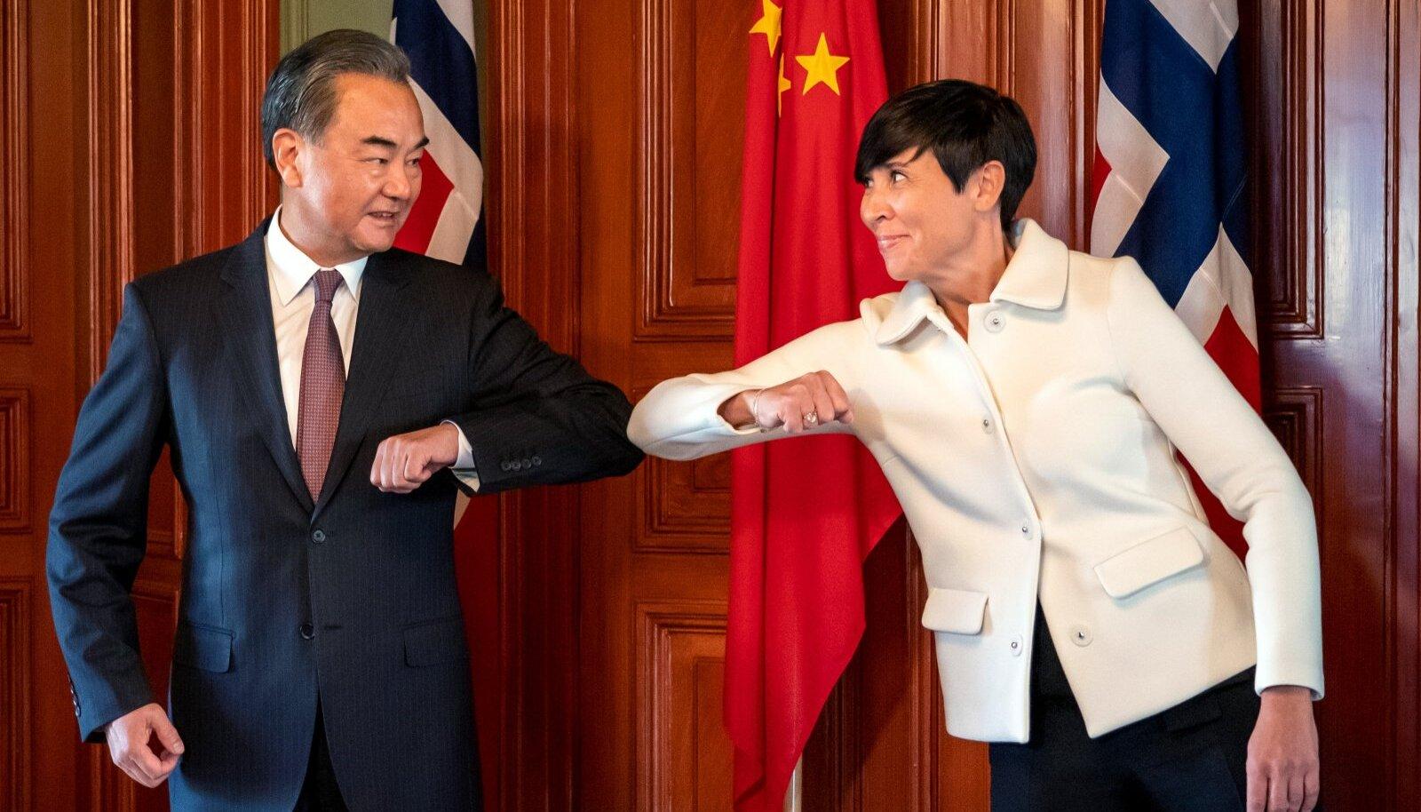 Hiina välisministri Wang Yi ja Norra välisministri Ine Marie Eriksen Søreide küünarnukitervitus möödunud neljapäeval