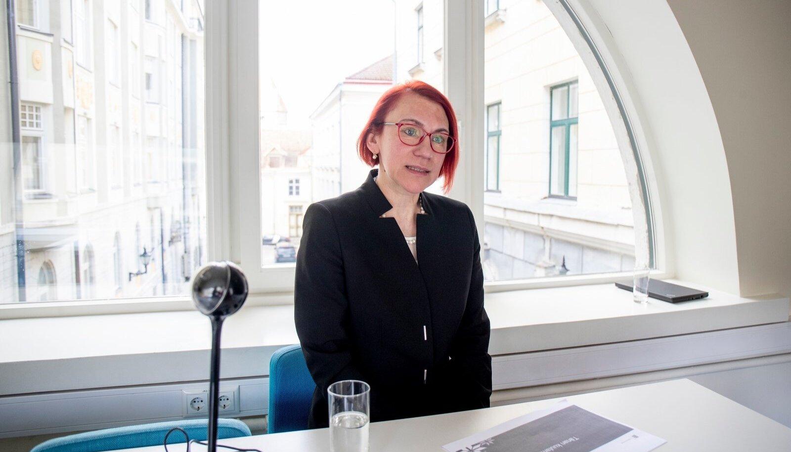 Siseministeeriumi kodakondsus- ja rändepoliitika osakonna juhataja Ruth Annus ütleb, et e-residentide hulgas on palju n-ö fänne, kes tutvustavad oma staatusega Eestit ja e-residentsust.