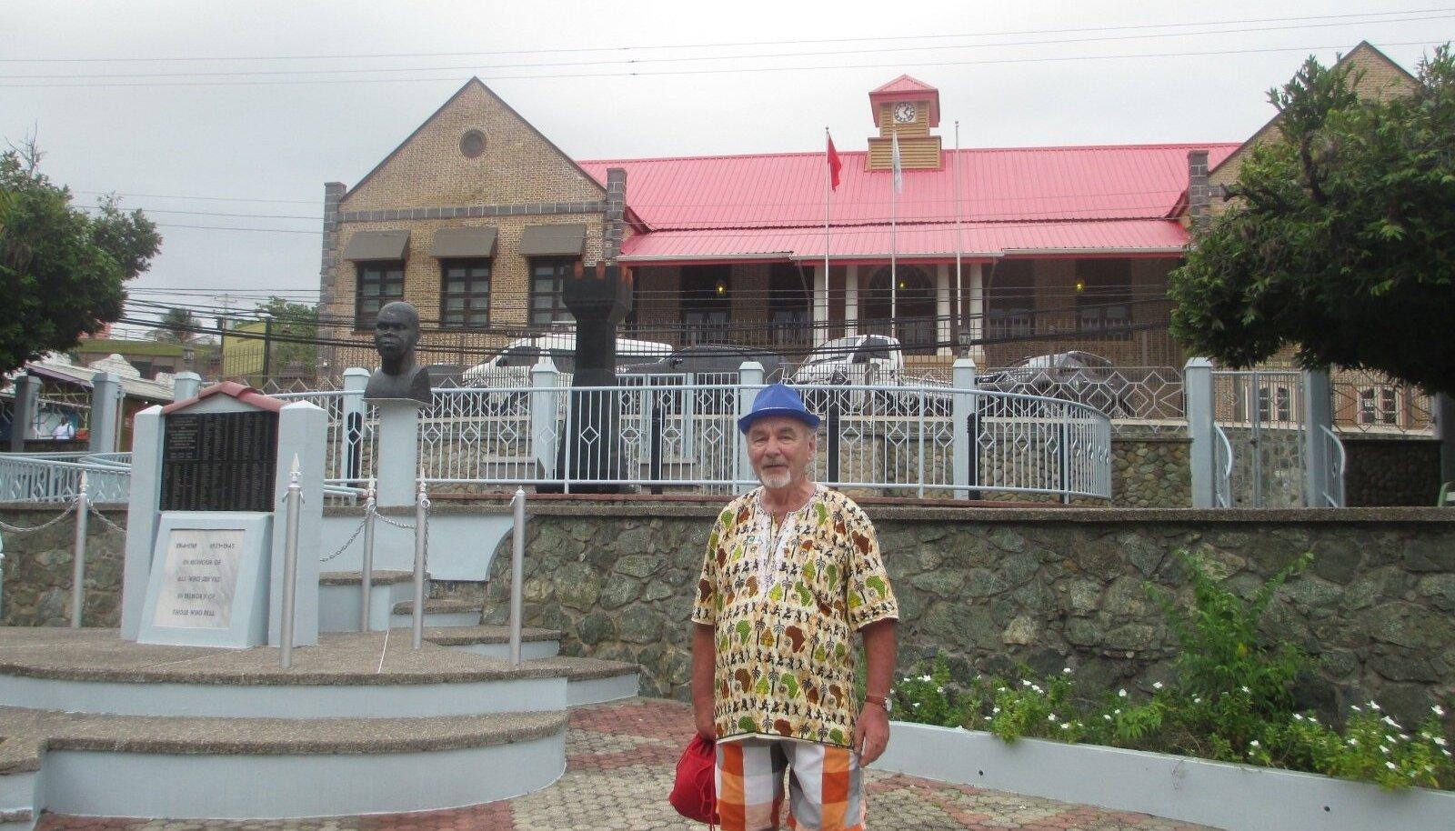 PISEM KUI EESTI: pikka aega näppupidi poliitikas sees olnud Toomas Alatalu poseerib Tobago kohaliku parlamendihoone taustal, kus käib koos vaid 12 rahvaesindajat.