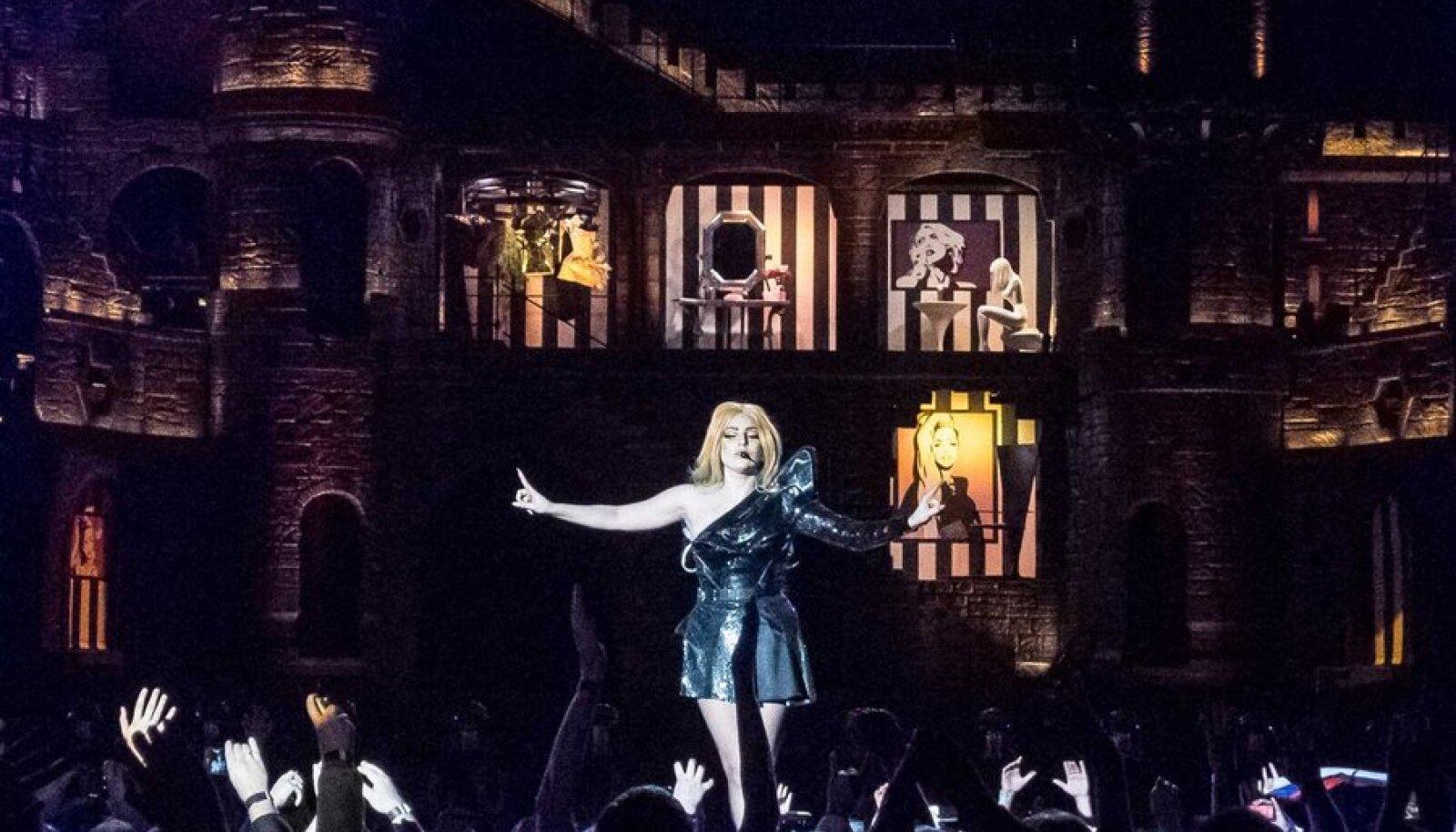 Lady Gaga, seljas moemajade loodud hullused, esitas lauluväljakul oma loomingut gootilikus lavalossis.