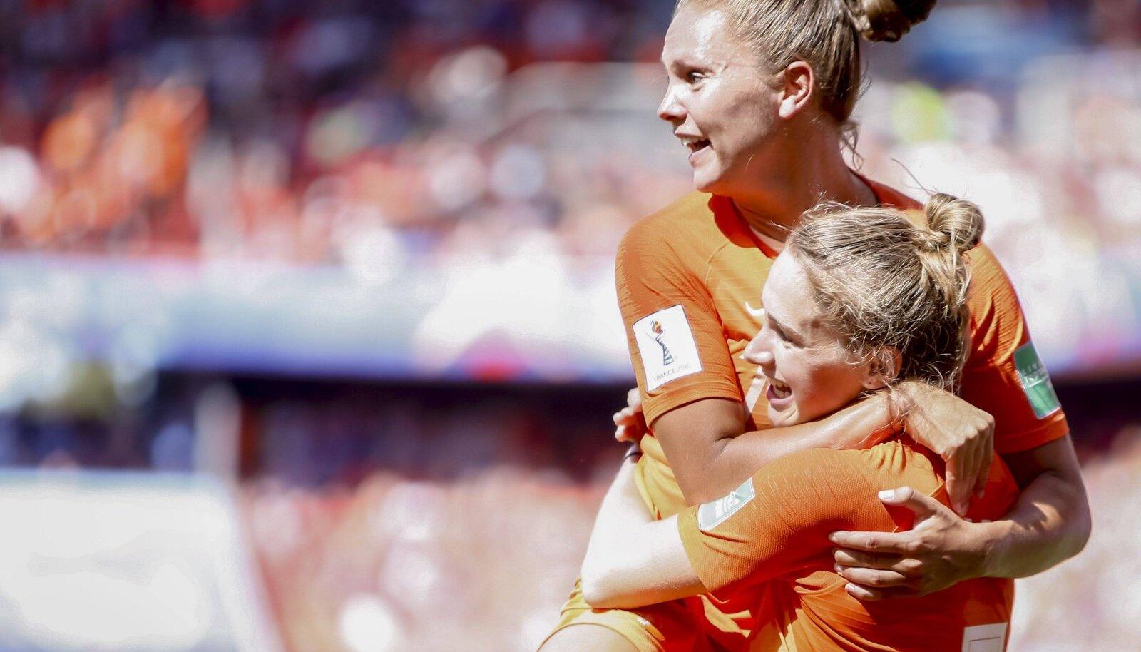 Vivianne Miedema ja Lieke Martens tähistamas Hollandi edasipääsu.