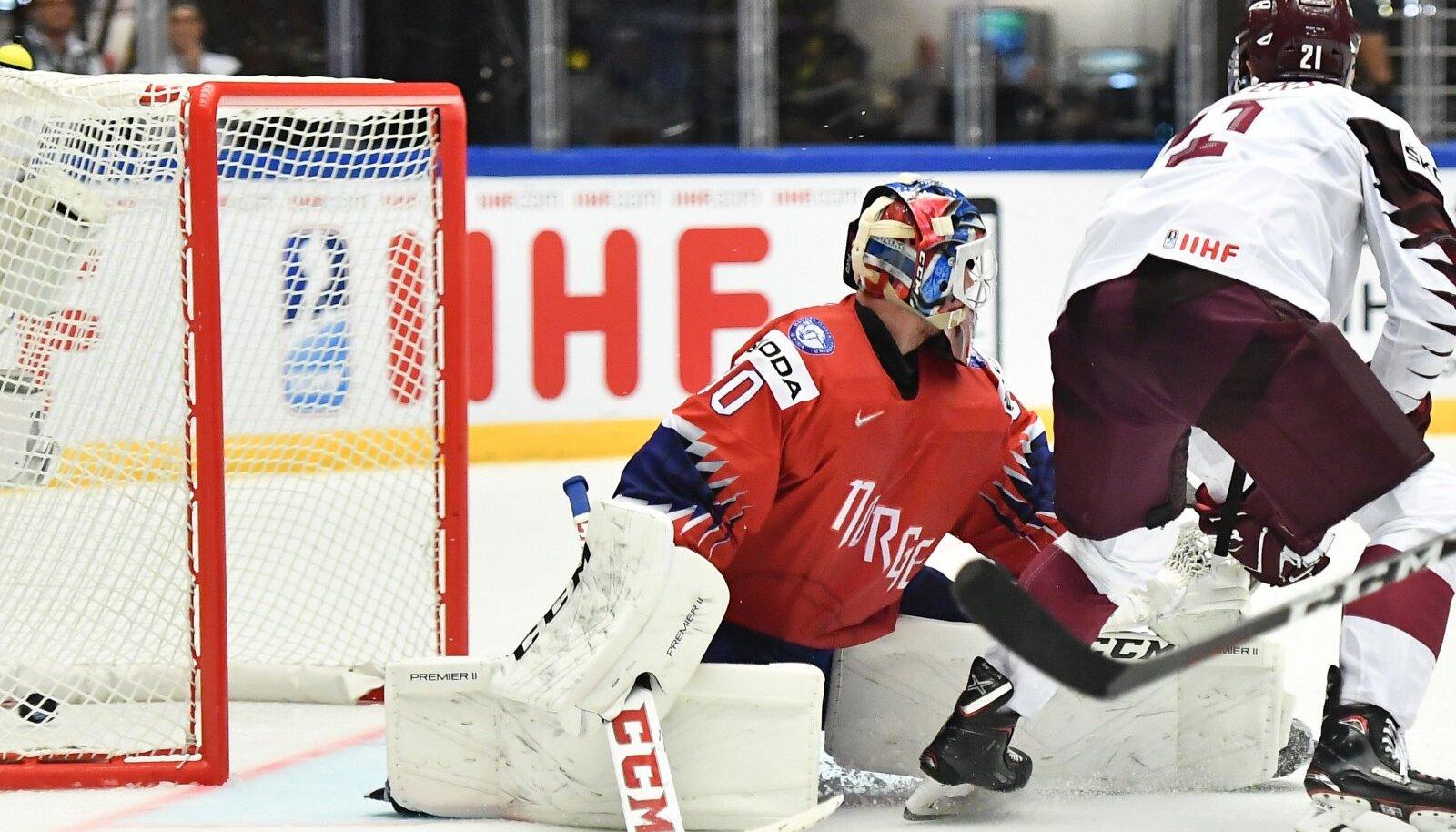 Rudolfs Balcers viskamas Läti võiduväravat.