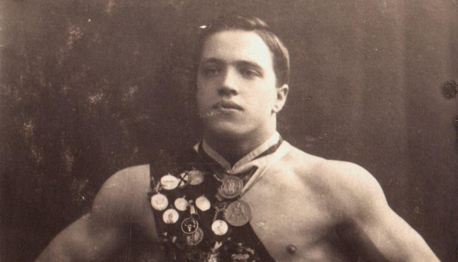 Alfred Neuland medalite ja aumärkidega enne olümpiat