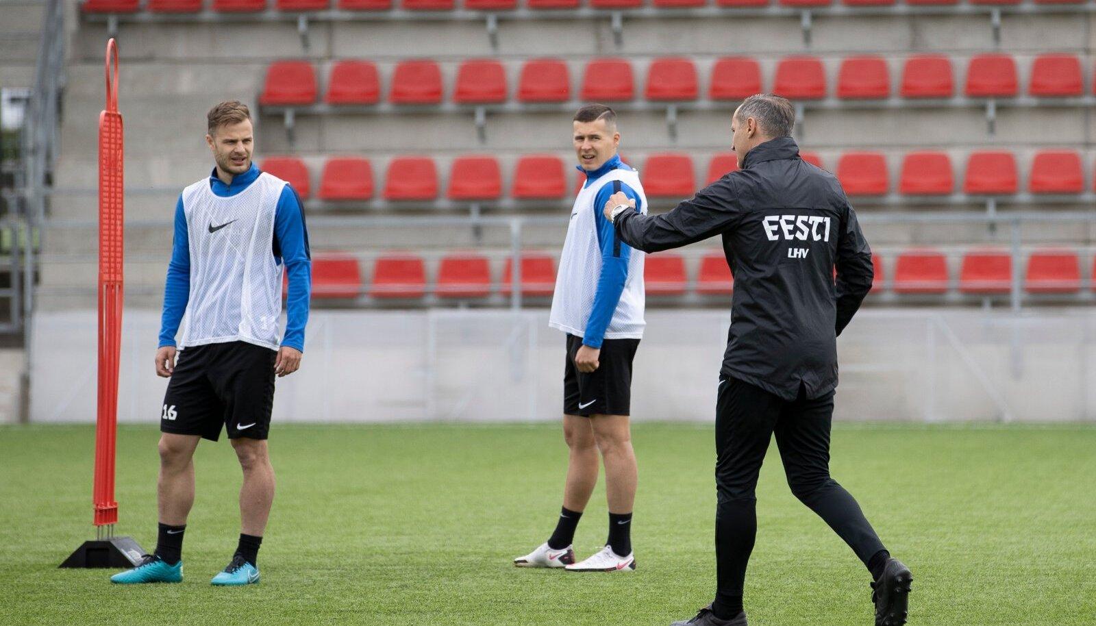Peatreener Thomas Häberli (paremal) jagas esmaspäevasel treeningul näpunäiteid ründaja Rauno Sappinenile (vasakul) ja äärekaitsja Artur Pikale.