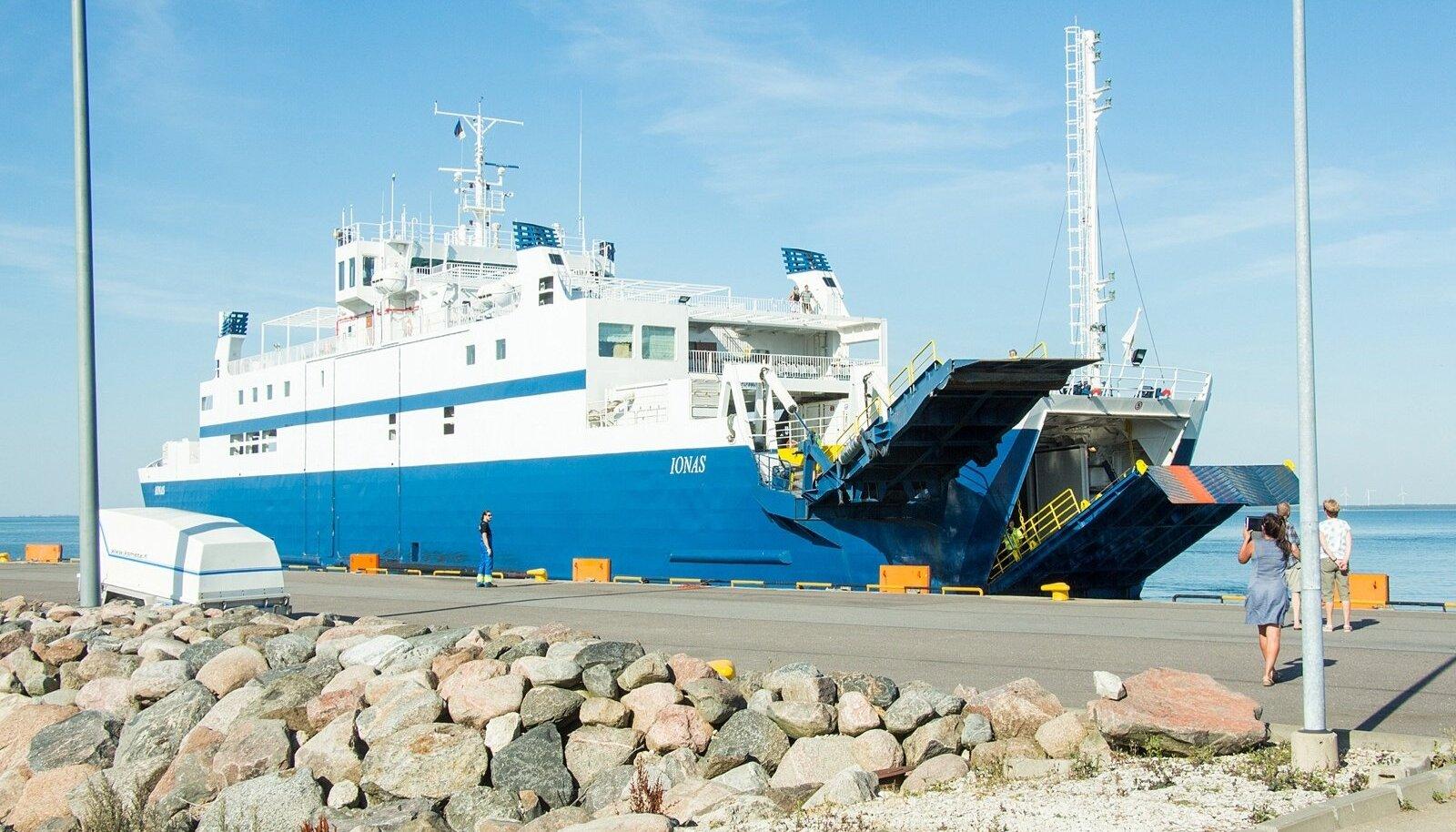 Parvlaeva  ootejärjekord Kuivastus. 23, augustil ootejärjekord pea olematu, sadamakõrtsist 100 m edasi. inimesed rahul ja kiidavad ühendust, ilusat ilöma ja ka reisijaid, kes hajutasid oma sõidud üle väina.
