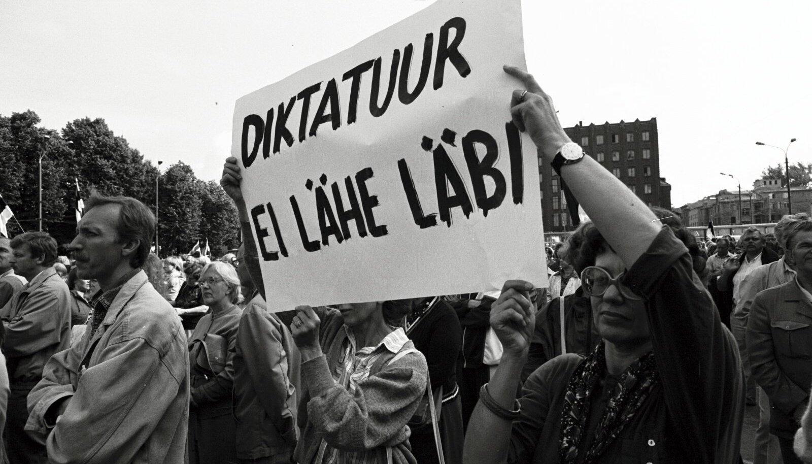 Rahvarinde korraldatud miiting Vabaduse väljakul augustiputši ajal, kus nõuti Eesti iseseisvuse väljakuulutamist.