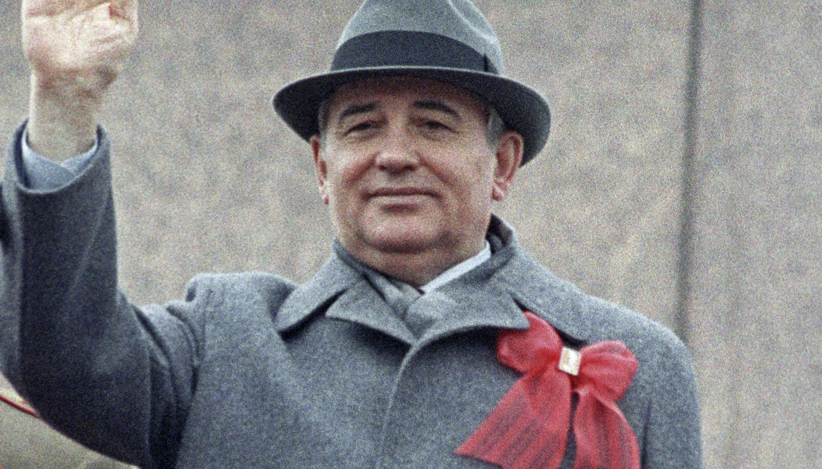 Nõukogude Liidu viimane  liider Mihhail Gorbatšov  lehvitab rahvale.