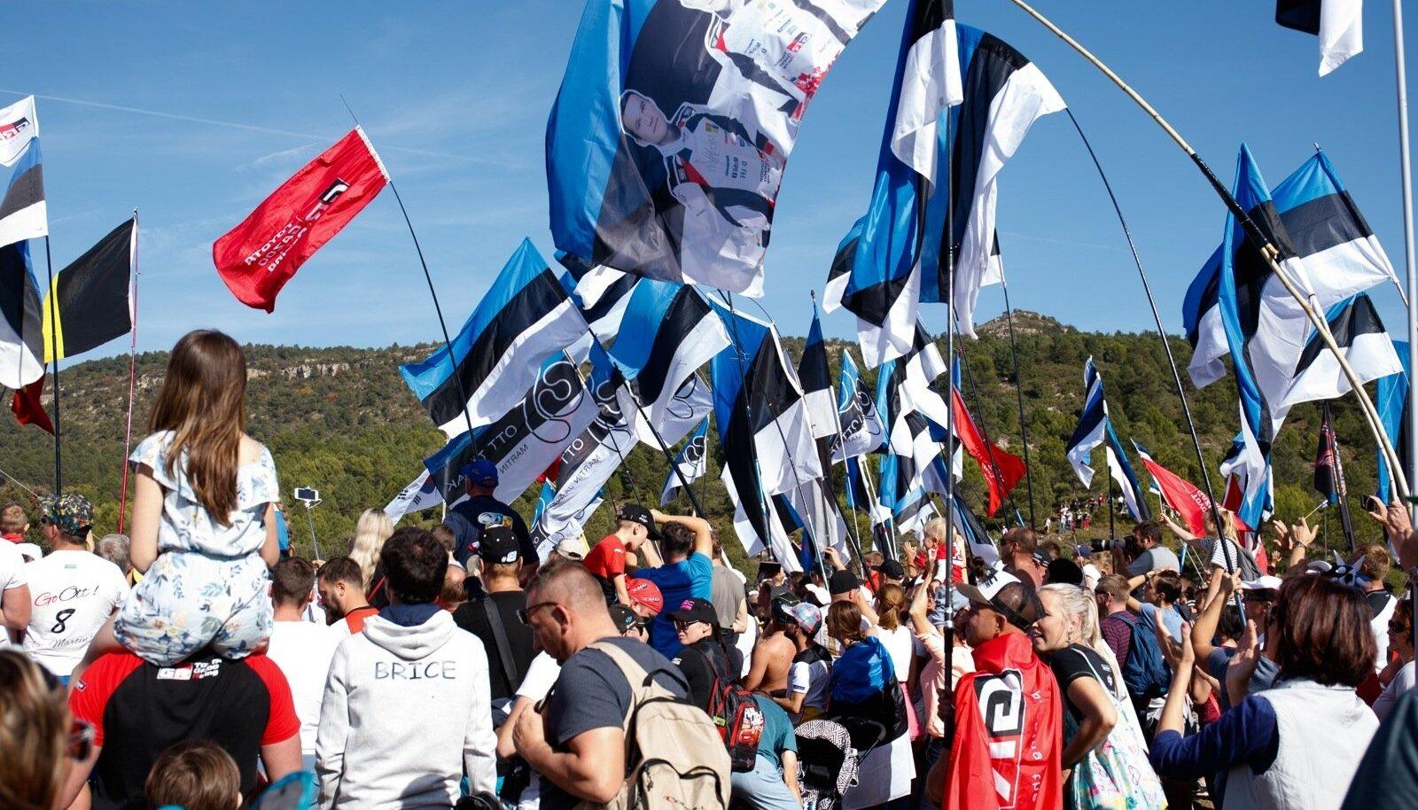 Eesti lippude meri Kataloonia ralli poodiumitseremoonial