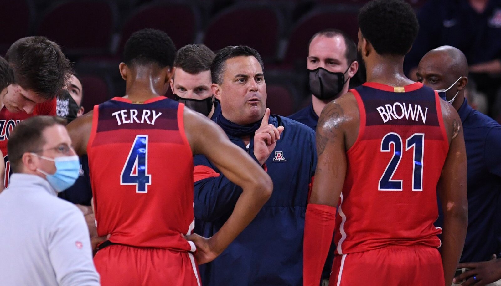 Arizona Wildcatsi nüüdseks endine peatreener Sean Miller (keskel).