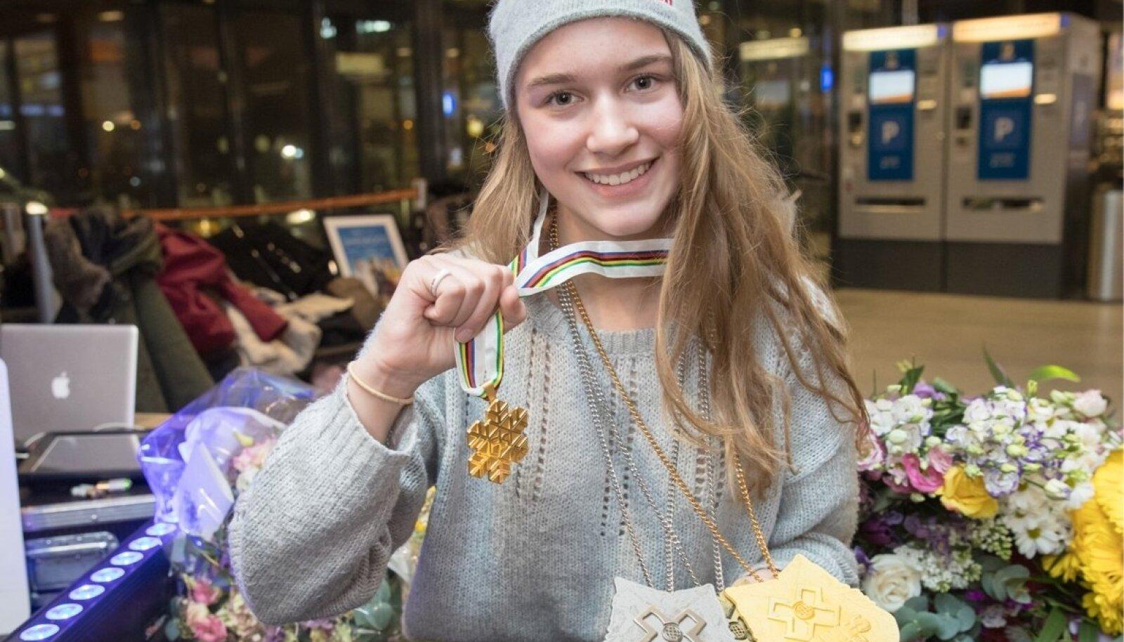 Kelly Sildaru MM-kulla ning kolme tänavustelt X-Mängudelt võidetud medaliga.