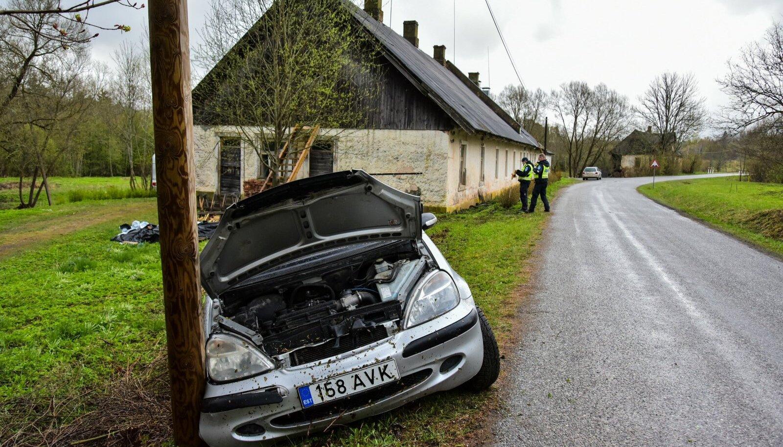 Viljandimaal põhjustas joobes juht avarii ning põgenes sündmsukohalt