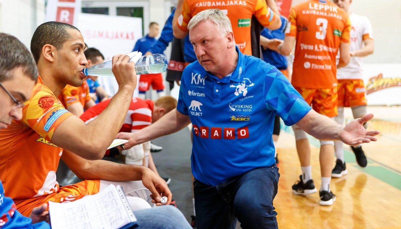 Avo Keel arutab võrkpalliasja Chizoba Neves Atuga.