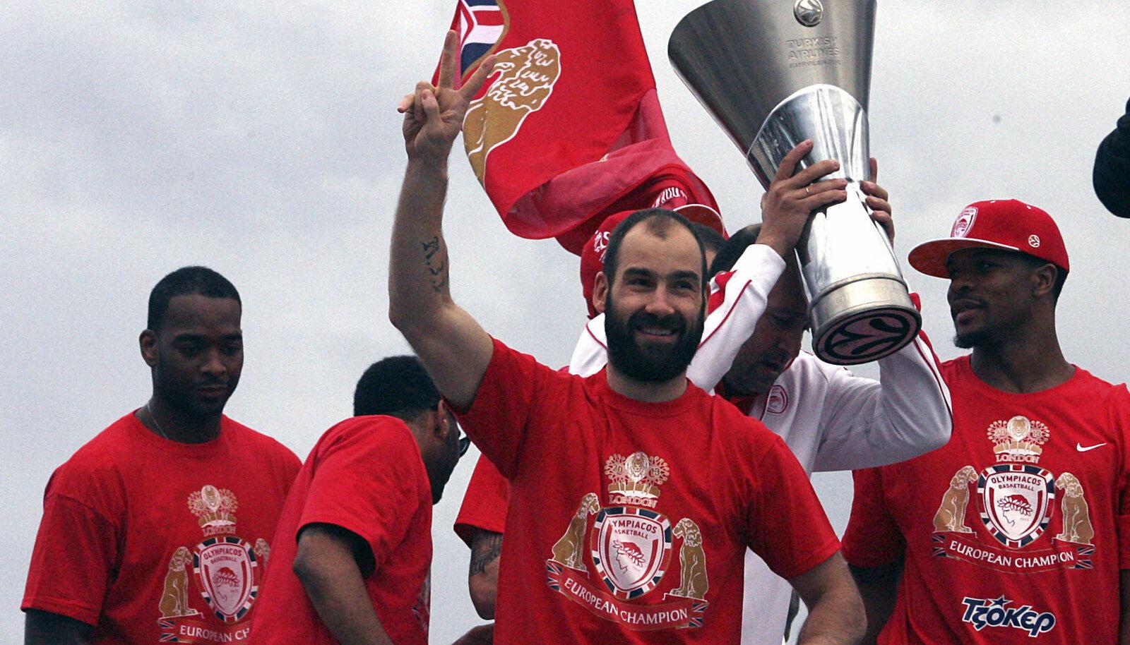 Vassilis Spanoulis (keskel) Euroliiga võitu 2013. aastal tähistamas.