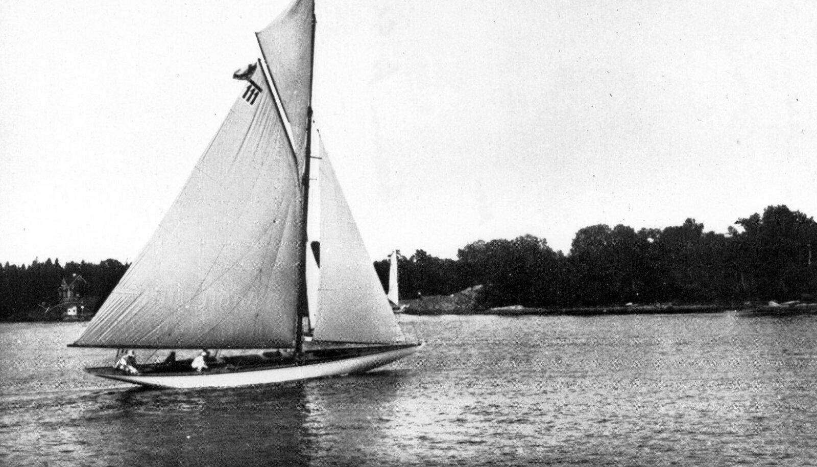 Soomlaste jaht Nina, mis näpsas Venemaa purjeka eest Stockholmi olümpial hõbeda.