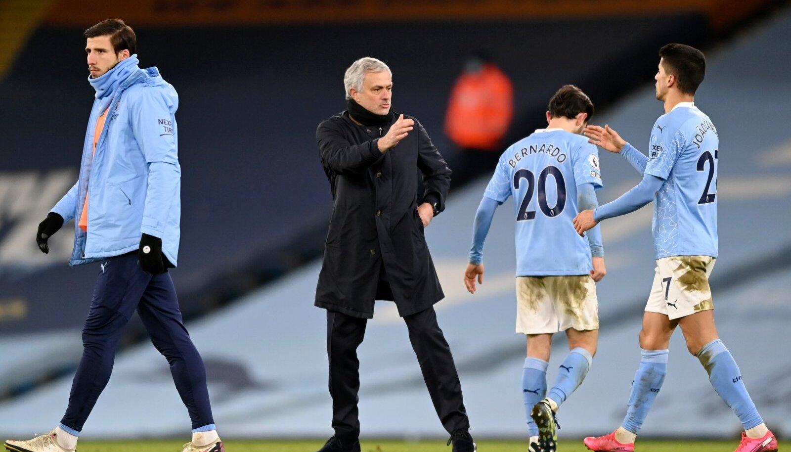 Manchester City portugallastest mängumehed Ruben Dias (vasakul), Bernardo Silva (seljaga ) ja Joao Cancelo tervitamas Tottenhami portugallasest peatreenerit Jose Mourinhot.