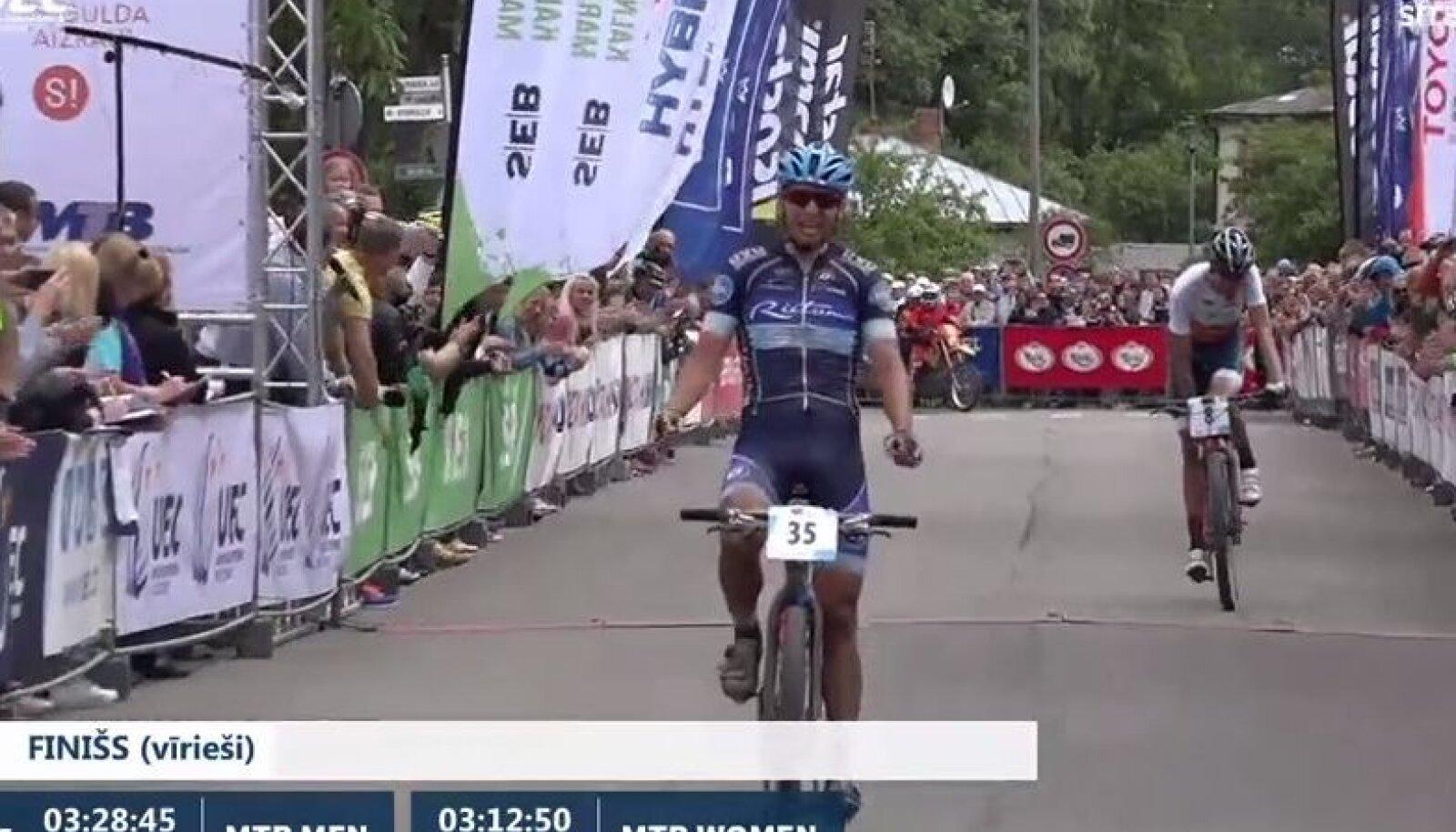 Peeter Pruus finišijoont ületamas