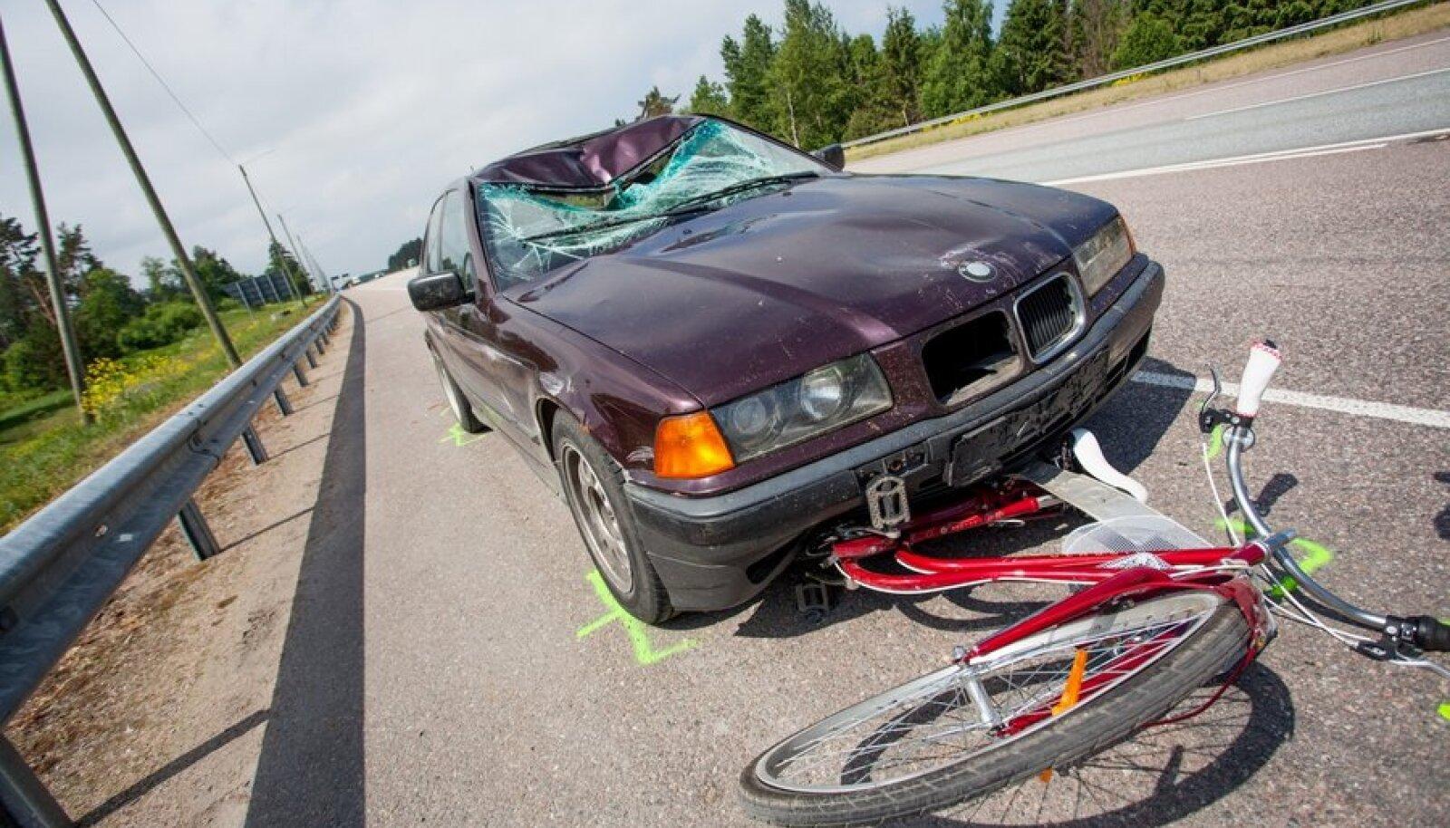 Liiklusõnnetus ratturiga Peterburi maanteel