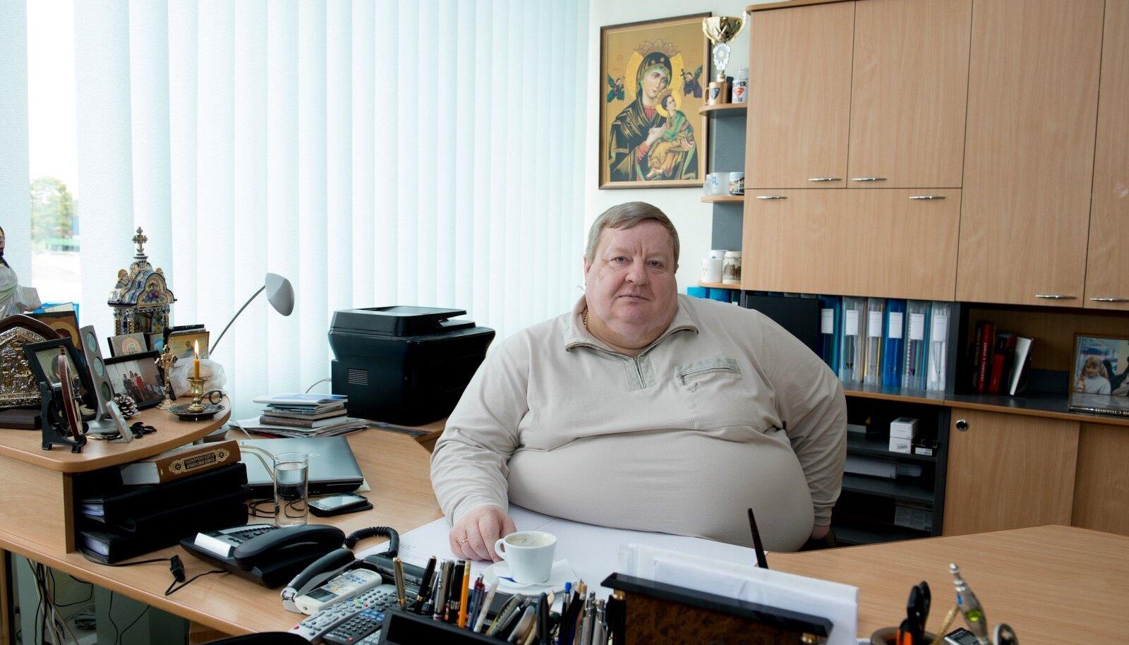 Jõhvi kroonimata kuningas Nikolai Ossipenko pääses kuus aastat tagasi kehva tervise tõttu kohtupidamisest, aga korraldab piirkonna elu kindla käega edasi.