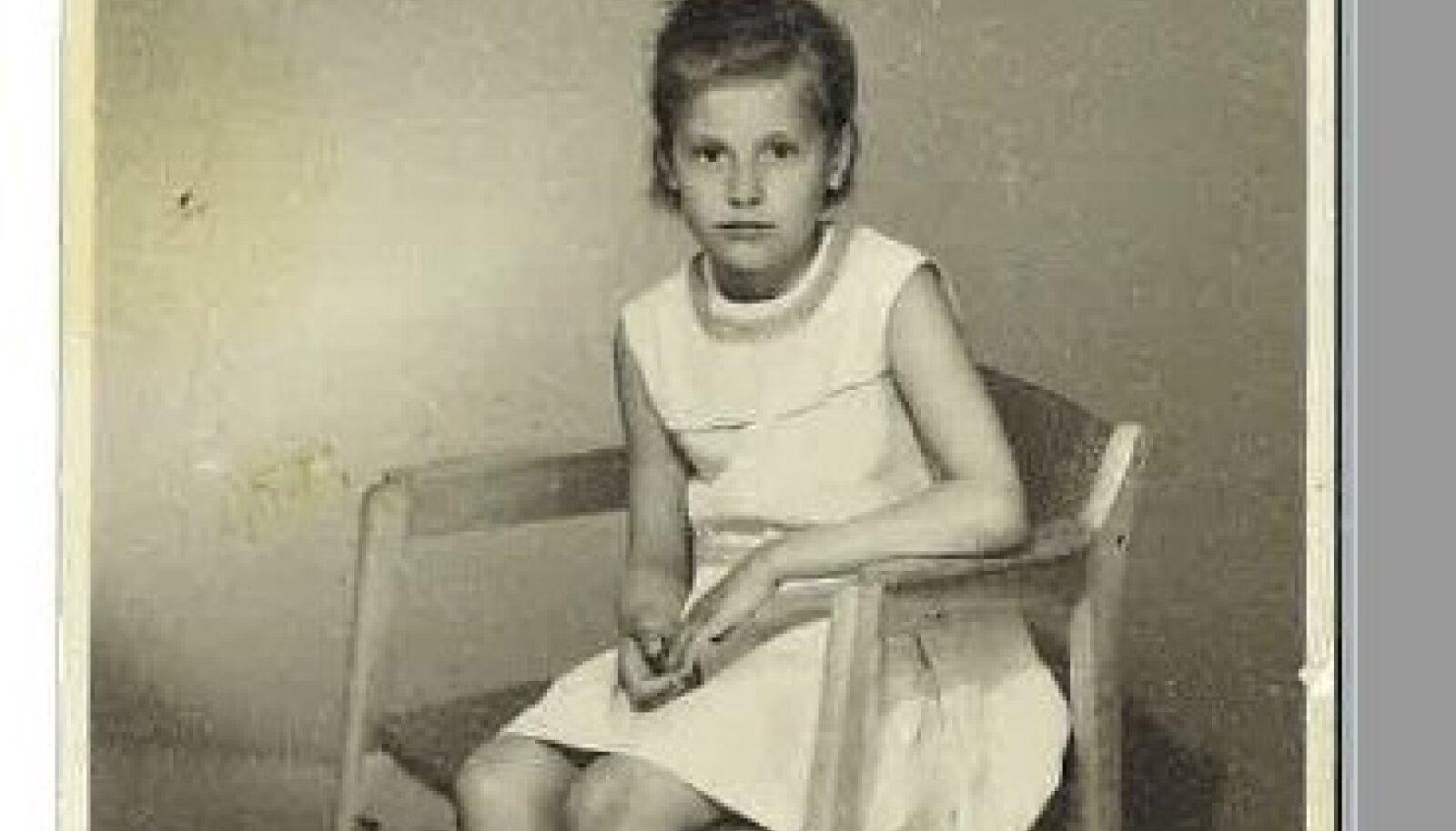"""FOTOATELJEES """"Olin kooliajal vibalik, pikkade käte ja jalgadega, hästi tumeda nahaga plika,"""" ütleb Rita."""