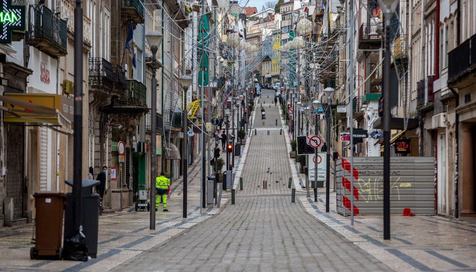 Portugali linna Porto turismitänav Santa Catarina on koroonapiirangute tõttu inimtühi.