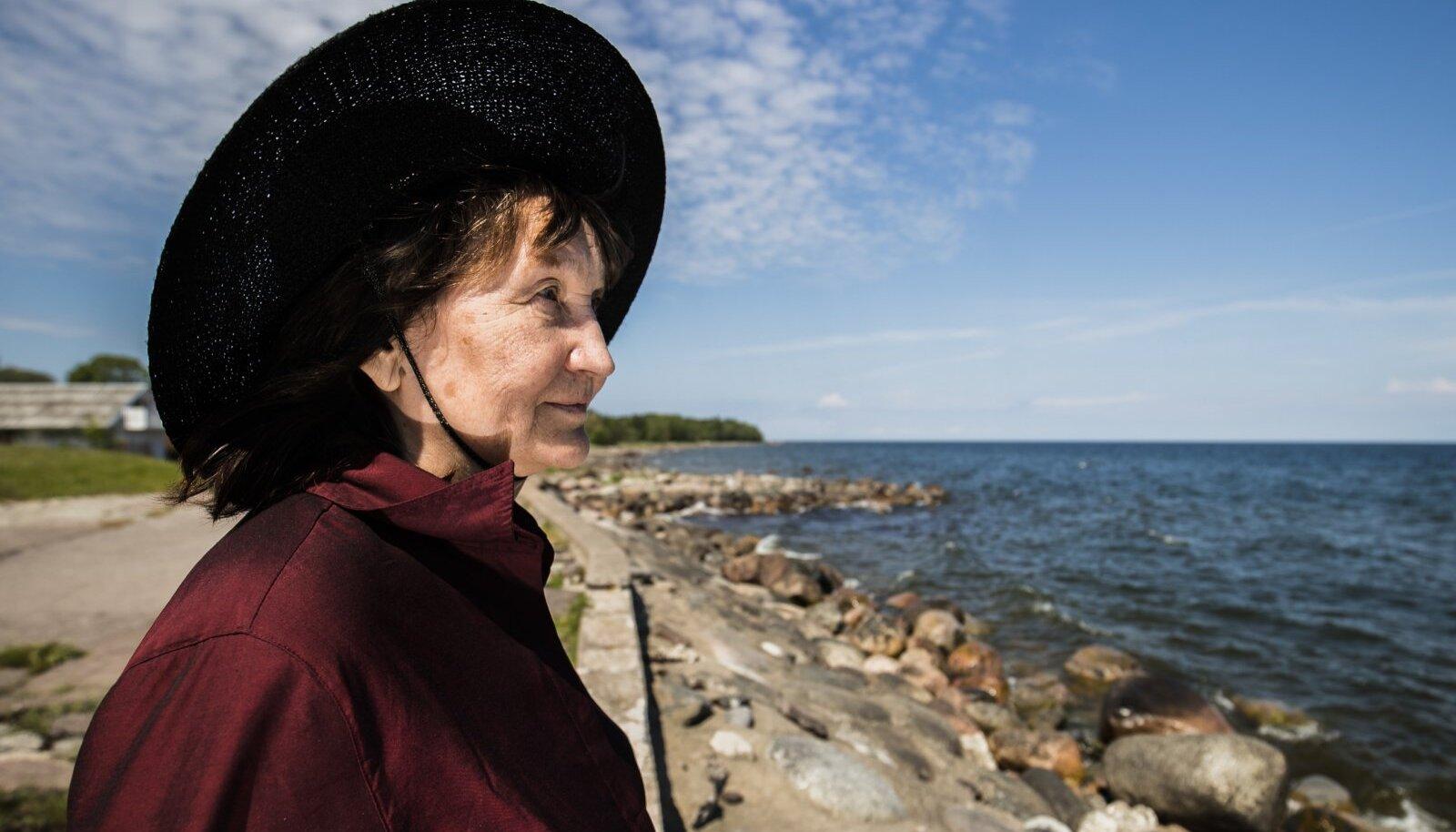 Naine mere kaldal. Meri on olnud maalikunstnik Aili Vindi suurim kirg.