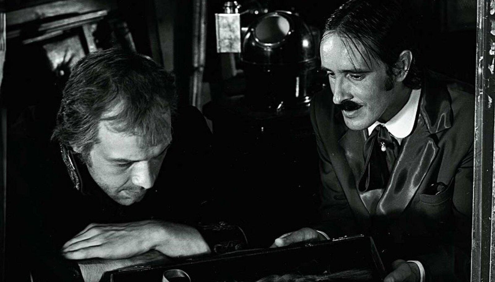 Röövlipealiku valesti elatud elu: Tark ja julm piraat Taaniel Tina (Lembit Peterson) ja rahavõimu ees vingerdav Ruuge tüüp (Lembit Ulfsak).