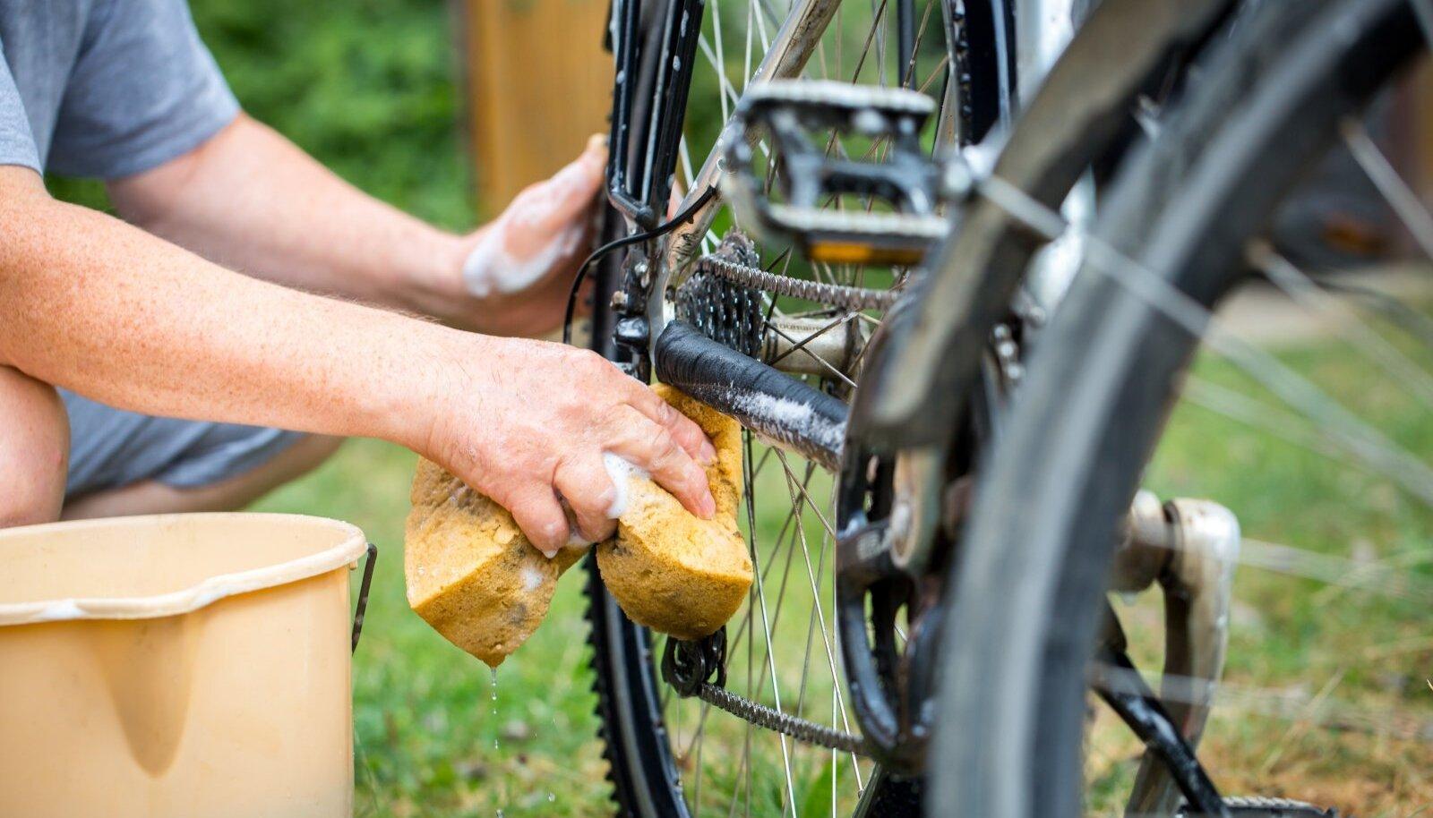 Jalgratta puhastamiseks võib kasutada ka mõõdukas koguses nõudepesuvahendit.