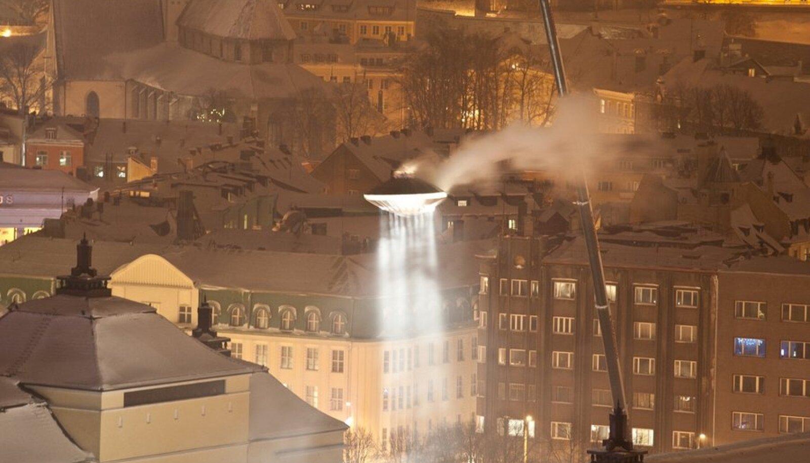 """Kultuuripealinna alguse puhul  Teatri Väljakule ilmunud """"ufo"""""""