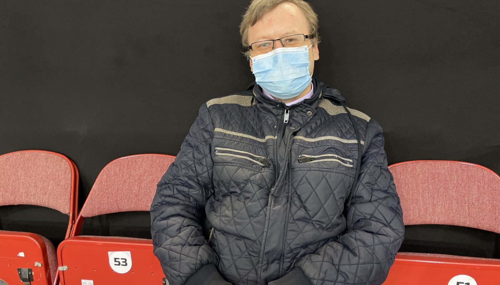 Одинокий Андрей Михайлов на трибуне