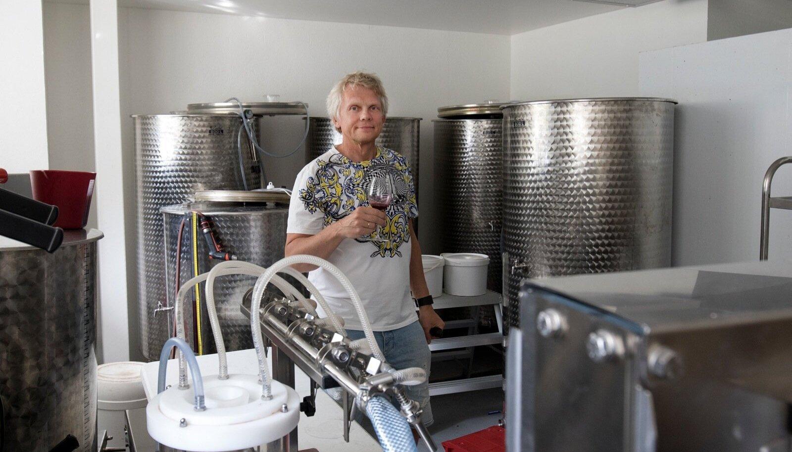 Veinitööstuse köögipool. Suurtes mahutites käärib vein.