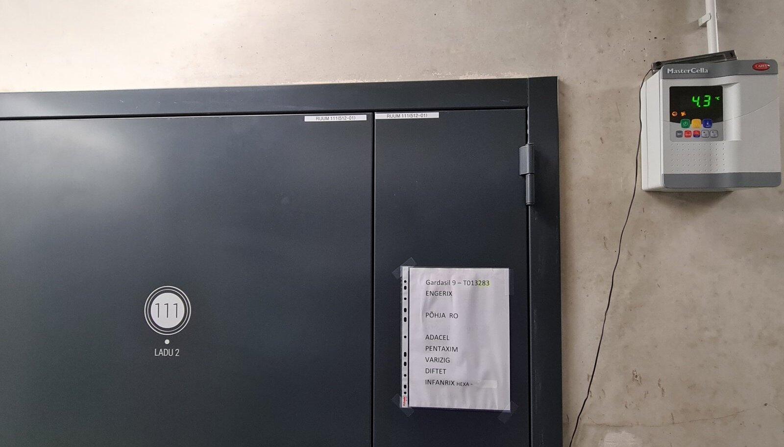 VAATASID MÖÖDA: Terviseameti ametnikud ei pannud tähele termomeetri näitu, mille näidik seisab kõrgel ukse kõrval.